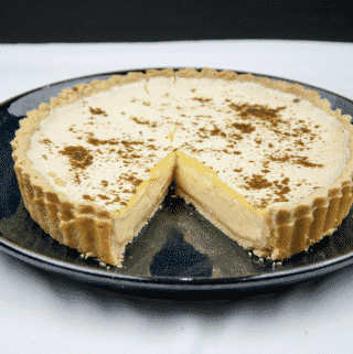Egg custard tart. What a delicious dessert. We love this simple recipe in our house. Always a family favourite. Easy to make, and the kids can help! Yum!! | theyumyumclub.com