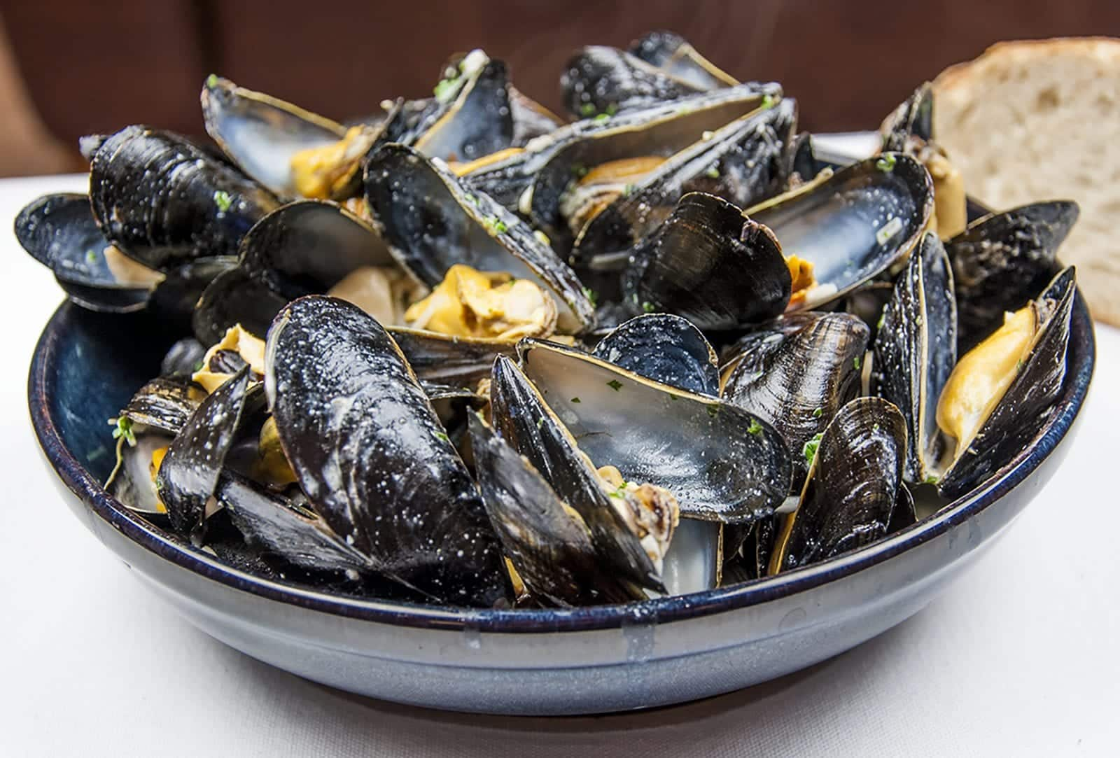 Mussels with white wine, garlic, parsley and cream. A classic moules mariniere recipe. This such a tasty seafood dish and so simple to make. If you ignore the cream it's even healthy ????!! | https://theyumyumclub.com