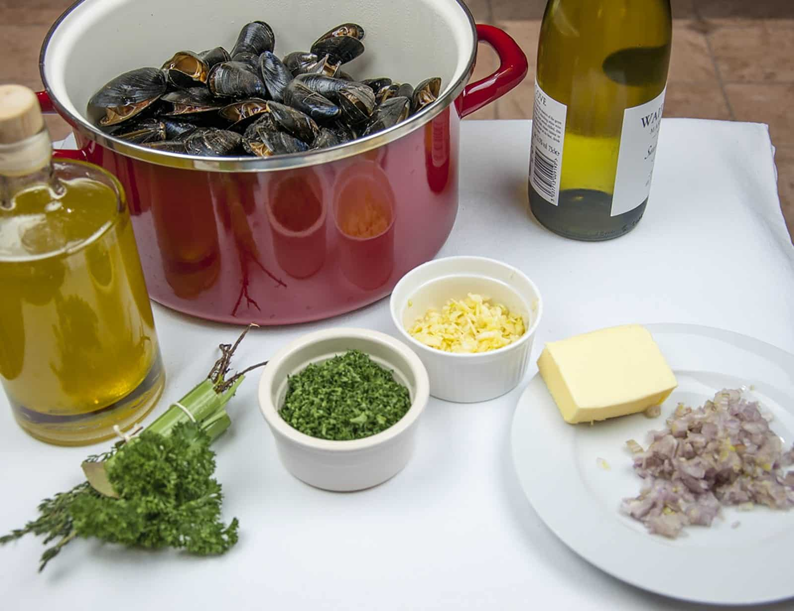 Mussels with white wine, garlic, parsley and cream. A classic moules mariniere recipe. This such a tasty seafood dish and so simple to make. If you ignore the cream it's even healthy 😉!! | https://theyumyumclub.com