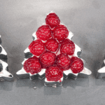 These individual Christmas Tree Cheesecakes are so much fun. A wonderful dessert recipe for any Christmas dinner party. Try making them with the kids. Yum! | theyumyumclub.com