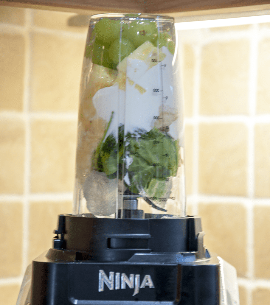 A healthy smoothie to start the day. What more do you want? Just 5 ingredients. Spinach, grapes, banana, pineapple and yoghurt. Yum!!