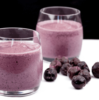 Look at this wonderful cherry and banana smoothie. Just 4 ingredients! Cherry, banana, milk, and a touch of vanilla essence. 1% fat and only 324 calories! Yum! | theyumyumclub.com
