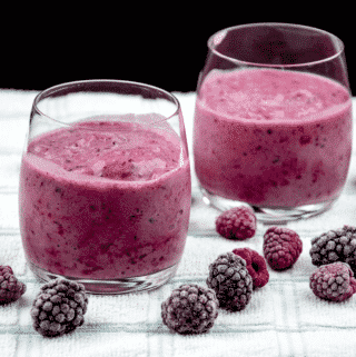 This blackberry and raspberry smoothie is a very tasty and healthy smoothie. Just 4 ingredients. Blackberries, raspberries, milk, and vanilla essence. It takes no time to make and at 130 calories a serving you can't go wrong! Yum! | theyumyumclub.com