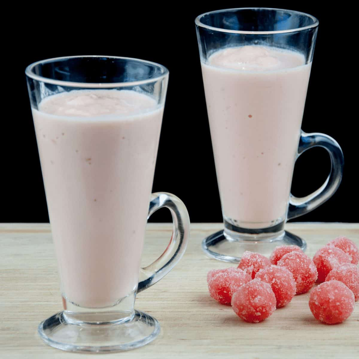 Watermelon and pineapple smoothie! So tasty and just 4 ingredients! Watermelon, pineapple, Greek yoghurt, and ice. 1% fat and less than 200 calories! Yum! | theyumyumclub.com