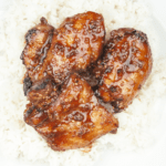 This Chinese chicken thigh recipe is so simple and wonderfully tasty. A marinade of honey, soy sauce, ginger, garlic and sesame. Sounds fantastic right? Yum! | theyumyumclub.com