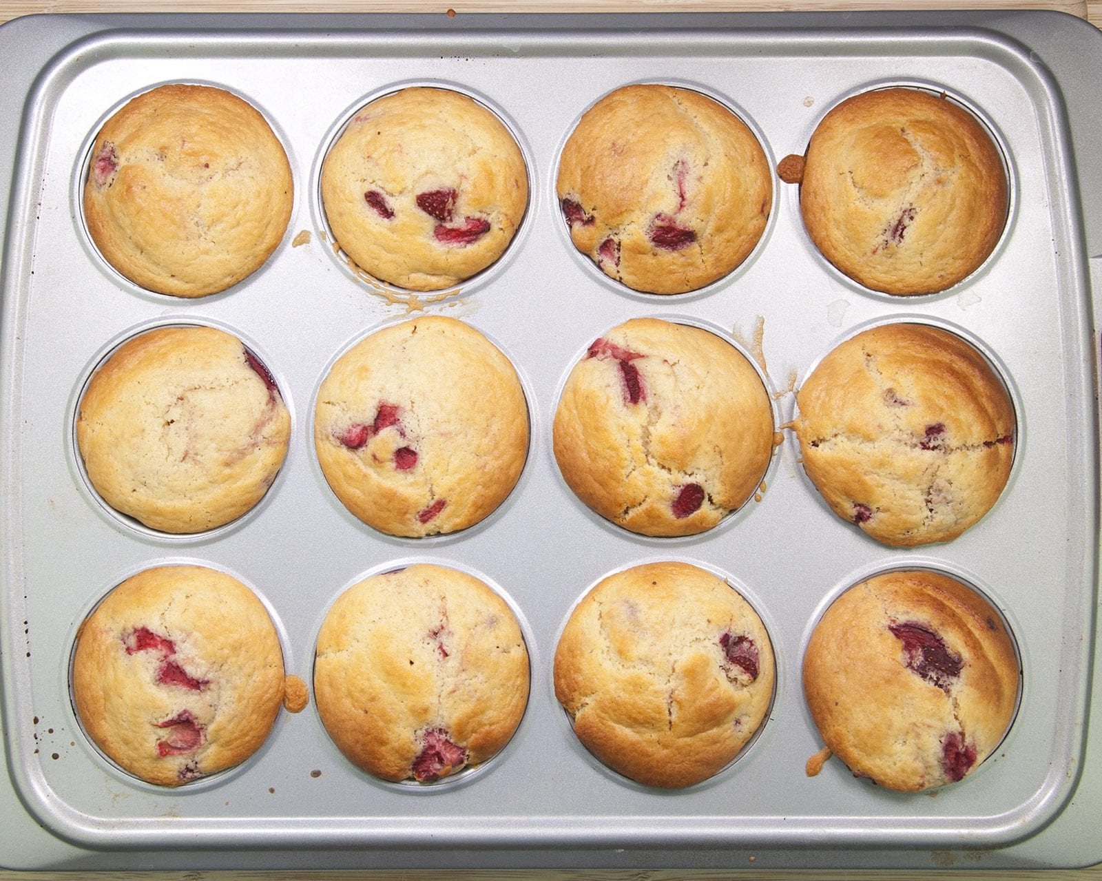 Strawberry muffins. Yum! Whether it's breakfast, mid-morning coffee or afternoon tea munching on these strawberry muffins will get you through the day 😋 | theyumyumclub.com