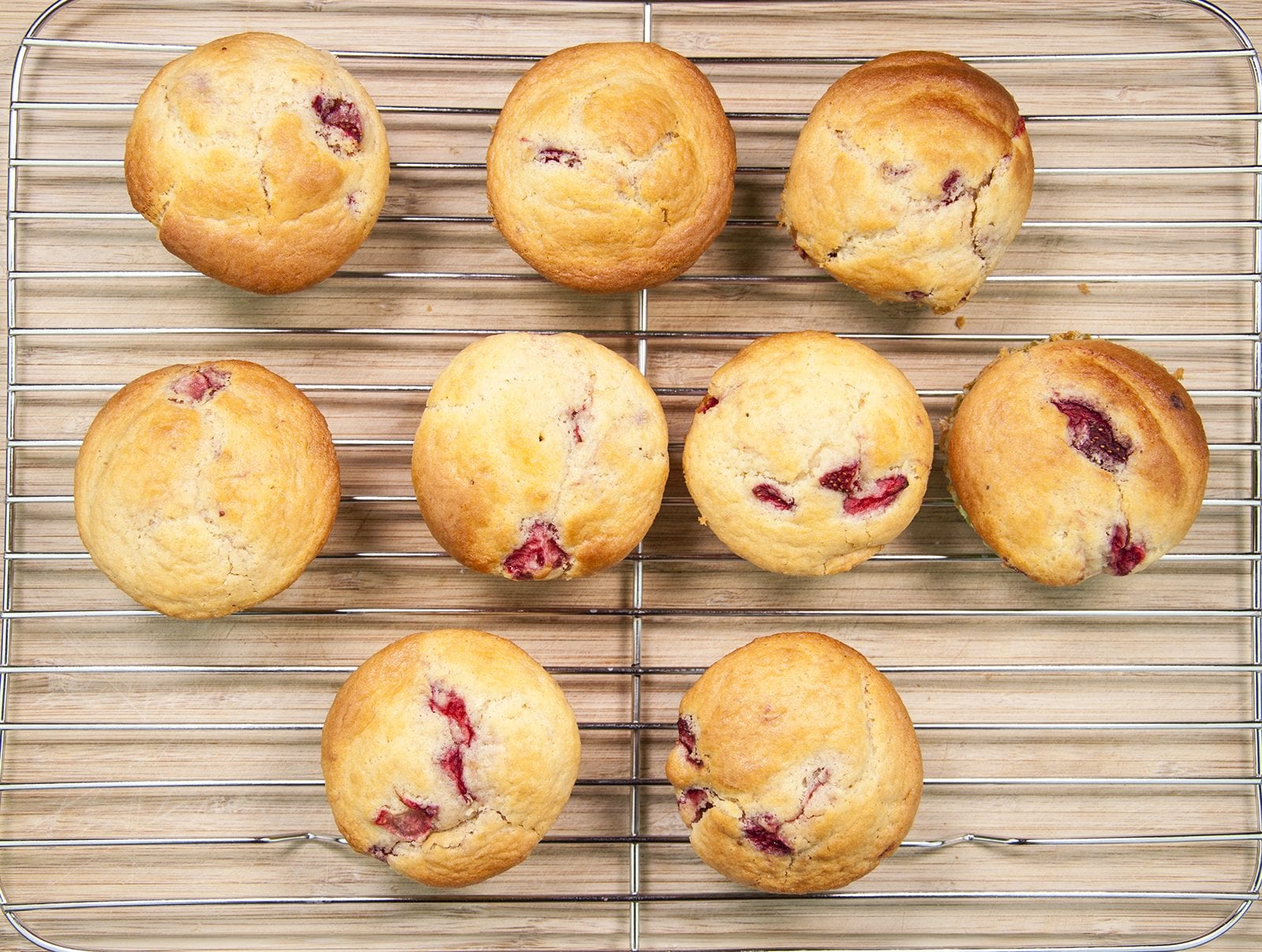 Strawberry muffins. Yum! Whether it's breakfast, mid-morning coffee or afternoon tea munching on these strawberry muffins will get you through the day ???? | theyumyumclub.com