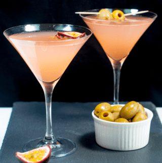 Passion fruit pornstar martini | https://theyumyumclub.com/2019/05/13/passion-fruit-pornstar-martini/