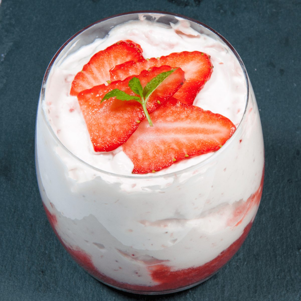 Fluffy and creamy strawberry mousse | https://theyumyumclub.com/2019/05/10/fluffy-creamy-strawberry-mousse/
